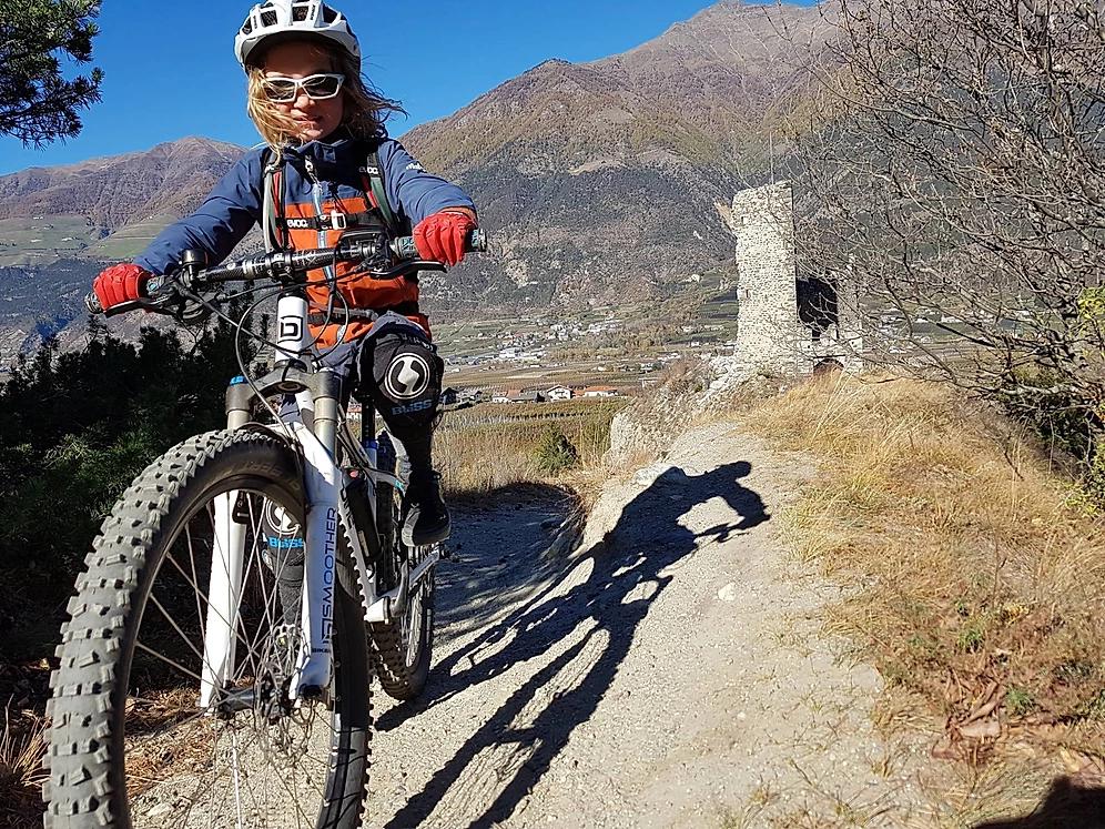 Josefine auf einem E-Bike auf einer Fahrradstrecke