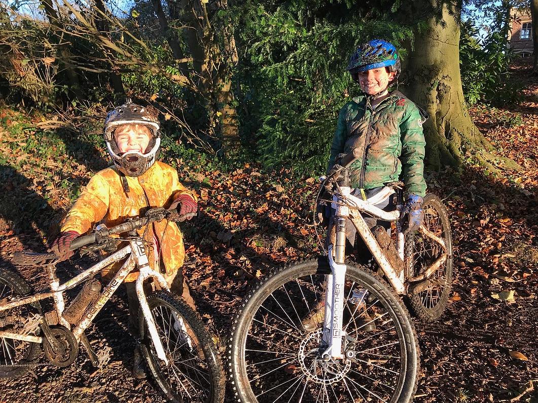 Louis und Billy auf E-Bikes im Wald