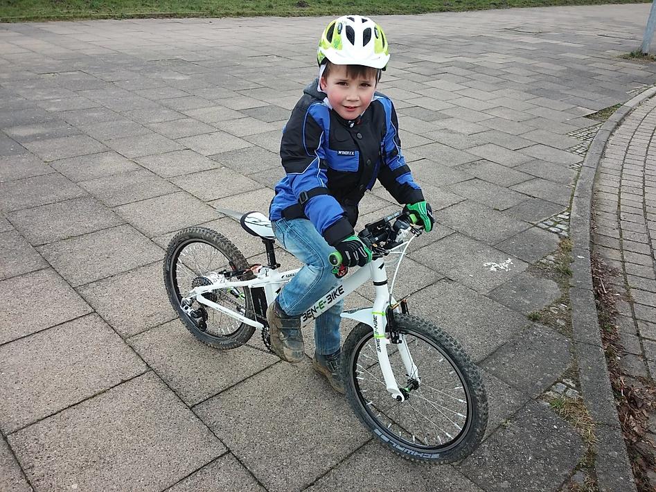 Ein Kind macht die erste Probefahrt des 20er E-Bikes
