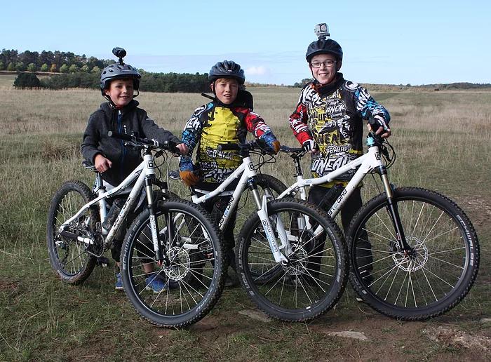 Drei Kinder mit ben-e-bikes im Freien