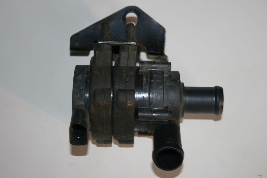 Orig. VW Touareg Wasserpumpe Kühlmittelpumpe Halterung Gummilager 7L6121079C