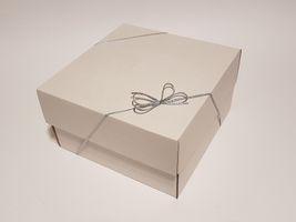 Geschenkbox weiß mit Schleife und Füllmaterial 180x180x100 mm 5 Stück – Bild 4