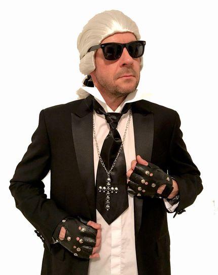 Karl Kostümzubehör Set Perücke Krawatte Brille Kragen Handschuhe – Bild 1