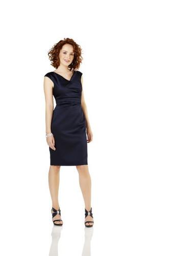 Weise Kleid aus Satin, kurz