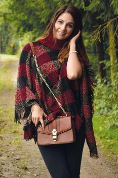 styleBREAKER Strick Poncho mit Karo Tweed Muster und Rollkragen, Fransen, Damen 08010036 – Bild 5