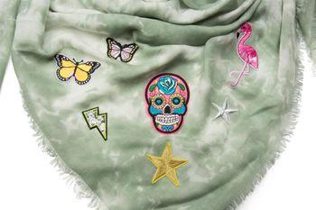 styleBREAKER XXL Vierecktuch in Vintage Batik Optik mit Patches, Totenkopf, Flamingo, Sterne, Schmetterlinge, Pailletten, Schal, Tuch, Damen 01016143 – Bild 12