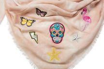 styleBREAKER XXL Vierecktuch in Vintage Batik Optik mit Patches, Totenkopf, Flamingo, Sterne, Schmetterlinge, Pailletten, Schal, Tuch, Damen 01016143 – Bild 9