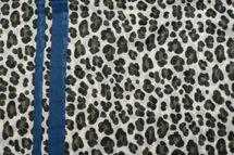 styleBREAKER Damen Schal mit Leo Muster, farbigem Streifen und Fransen, Tuch 01017082 – Bild 3