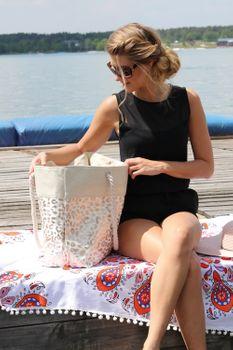 styleBREAKER Damen XXL Strandtasche mit Metallic Leoparden Animal Print und Reißverschluss, Schultertasche, Shopper 02012282 – Bild 13