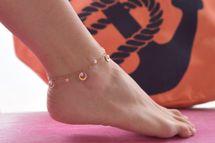 styleBREAKER Damen Fußkettchen mit Ring Anhängern und Perlen, Ankerkette, Karabiner Verschluss, Kette, Schmuck 05080008 – Bild 13