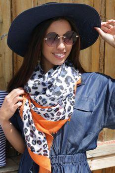 styleBREAKER Damen Schal mit großem und kleinem Leoparden Muster Print, farbigem Streifen und Fransen, Tuch 01016176 – Bild 19