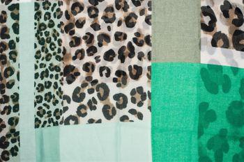 styleBREAKER Damen Loop Schal mit Leoparden Animal Print Muster und Color Blocking Farbflächen, Schlauchschal, Tuch 01016182 – Bild 9