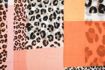 styleBREAKER Damen Loop Schal mit Leoparden Animal Print Muster und Color Blocking Farbflächen, Schlauchschal, Tuch 01016182 – Bild 18