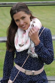 styleBREAKER Damen Schal mit Metallic Blumen Muster, Punkte und Fransen, Tuch 01016183 – Bild 31
