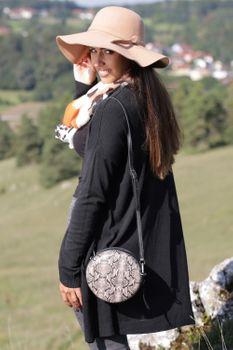 styleBREAKER Damen Runde Umhängetasche in Schlangenleder Optik mit Reißverschluss, Schultertasche, Tasche 02012311 – Bild 26