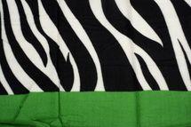 styleBREAKER Damen Schal mit Zebra Muster und farbigem Streifen mit Fransen, Winter, Stola, Tuch 01017112 – Bild 5