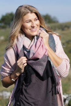 styleBREAKER Damen XXL Dreiecksschal mit Karo Muster und Fransen, Winter Schal 01017116 – Bild 22