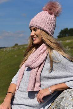 styleBREAKER Unisex warme Strick Bommelmütze mit Flecht Muster und Fleece Futter, Winter Fellbommel Mütze 04024171 – Bild 37