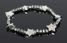 styleBREAKER Damen Kunststoff Perlen Armband mit Stern Charms und Strass, Gummizug, Schmuck 05040176 – Bild 4