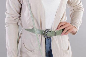 styleBREAKER Damen Gürtel Unifarben mit Oberfläche in Krokodilleder Optik und Halbmond förmiger Schließe, kürzbar 03010108 – Bild 19