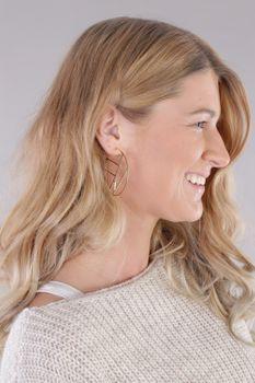 styleBREAKER Damen Creolen Ohrringe halbrund mit geometrischer Einteilung, Stecker, Runde Ohrhänger, Ohrschmuck 05090027 – Bild 4