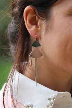 styleBREAKER Damen lange Edelstahl Ohrhänger mit Ketten und Dreieck Anhängern, Haken, Ohrringe, Ohrschmuck 05090041