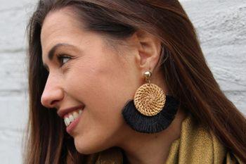 styleBREAKER Damen Statement Ohrringe mit rundem Bast Anhänger und Fächerförmigen Quasten, Ohrhänger, Ohrschmuck 05090046