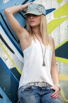 styleBREAKER Halskette mit Eiffelturm als massiver Anhänger, Strass Steine und Zopfkette, Damen Schmuck 05030007 – Bild 4