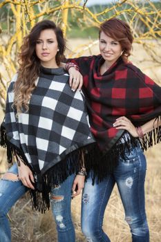 styleBREAKER fine knit poncho with check pattern, in a 2-tone design with fringing at the hem, women 08010002 – Bild 8