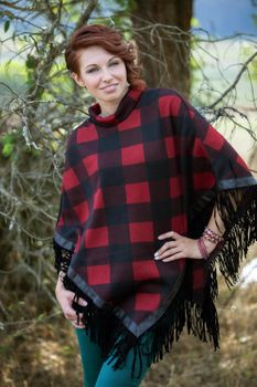 styleBREAKER fine knit poncho with check pattern, in a 2-tone design with fringing at the hem, women 08010002 – Bild 7