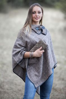 styleBREAKER soft poncho with sophisticated check pattern and duffle button, women 08010003 – Bild 12