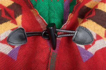 styleBREAKER Poncho im Azteken, Ethno Design mit Kapuze und Knebelknopf Verschluss, Umhang Cape, Damen 08010006 – Bild 10