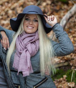 styleBREAKER unifarbener Schal in Jute Web-Optik mit kleinen Fransen, Unisex 01018092 – Bild 10