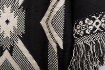 styleBREAKER Strick Poncho mit Azteken, Inka Muster und Fransen, Rundhals, Feinstrick, Damen 08010011 – Bild 2