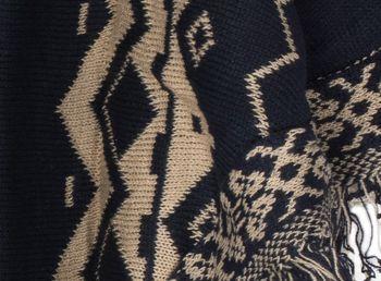 styleBREAKER Strick Poncho mit Azteken Muster und Fransen, Rundhals, Feinstrick, Damen 08010013 – Bild 6