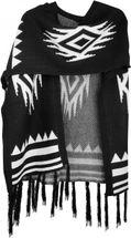 styleBREAKER Strick Poncho mit Azteken, Streifen Muster, Feinstrick Umhang mit Fransen, Überwurf Cape, Damen 08010014 – Bild 2