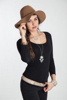 styleBREAKER Halskette mit Traumfänger Anhänger Schmucksteine, Federn, Erbskette und Karabinerverschluss, Damen 05030013 – Bild 3