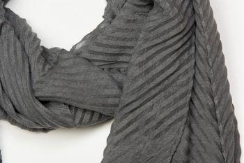 styleBREAKER gekreppter unifarbener Schal, Crash and Crinkle, Tuch, Plissee, Damen 01016107
