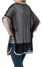 styleBREAKER Poncho in Häkeloptik mit Armausschnitten, Haken Verschluss, Borte, Sommer Weste, Damen 08010024 – Bild 7