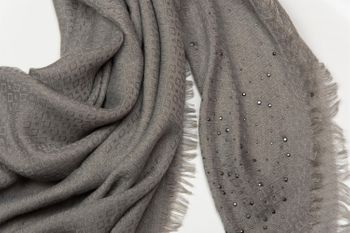 styleBREAKER Vierecktuch mit Jaquard Muster und Strass Nieten, Karo Fransen Schal, Tuch, Damen 01016122 – Bild 2