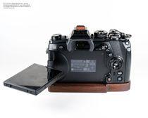 Kameragriff Bodenplatte für Olympus OM-D E‑M1 Mark II Handmade aus Walnuss Holz Bild 3