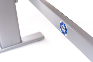 Elektrisch höhenverstellbarer Schreibtisch. C-Fuß-Tischgestell »TOP-ECO Classic V2« stufenlos einstellbar mit 2-stufigen Teleskophubsäulen und 2 Motoren. Dynamische Tragfähigkeit bis 100 kg mit TÜV-Zertifizierung. – Bild 6
