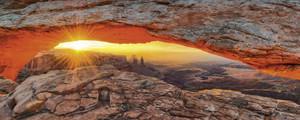 Lucky-photographer: Iconic Mesa Arch im Canyonlands Nationalpark , Utah - Glasbild – Bild 1