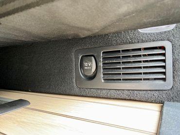 12 Volt Dosen im Mercedes Marco Polo in Seitenverkleidung an Aufbaubatterie Dauerstrom - inkl. Einbau – Bild 2