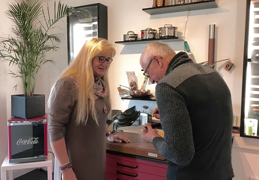 Sylvia mit Kunden im Showroom in Sprockhövel