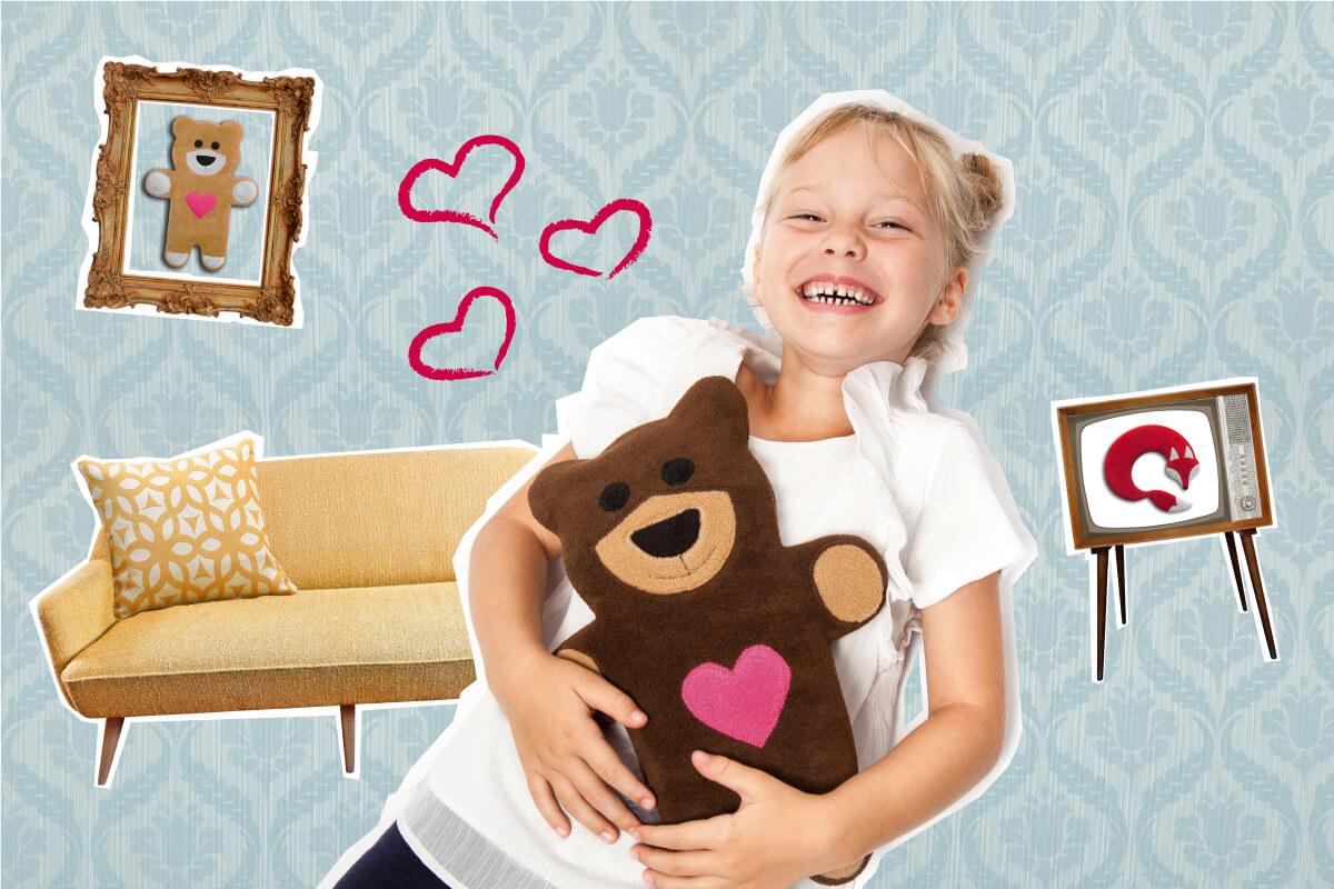 Wärmekissen Teddy-Bär auf Bauch von lachendem Mädchen