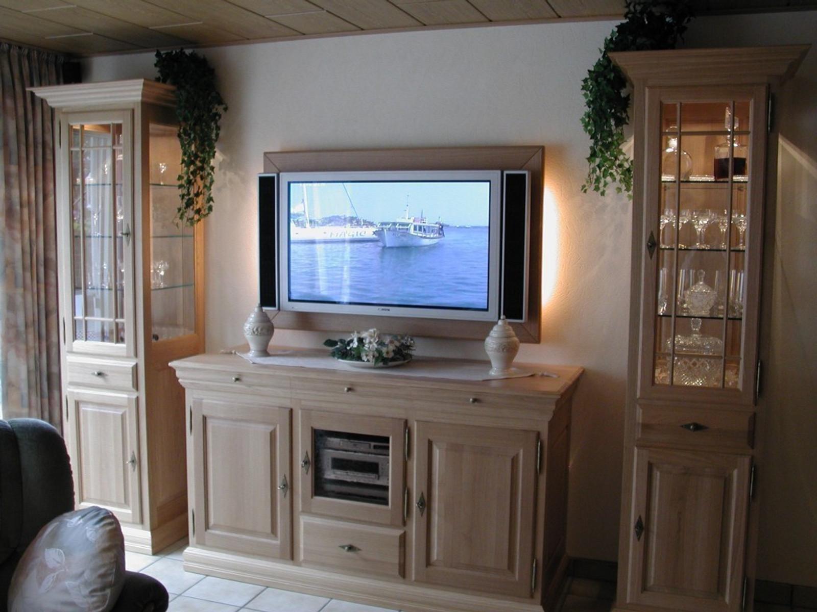 s ule vitrine landhaus mit tv anrichte f r flachbild tv und hifi ger te eiche massiv moderne. Black Bedroom Furniture Sets. Home Design Ideas