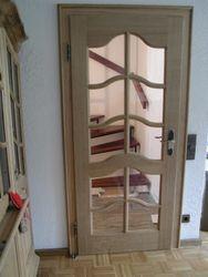 Zimmertür mit 2 Füllungen mit Stichbogen, beide Felder mit Glaseinsatz mit Sprossen, Eiche massiv