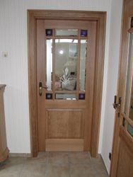 Zimmertür mit eckigen Füllungen, oben Glas mit Sprossen, Ecken mit Blauglas, Eiche massiv