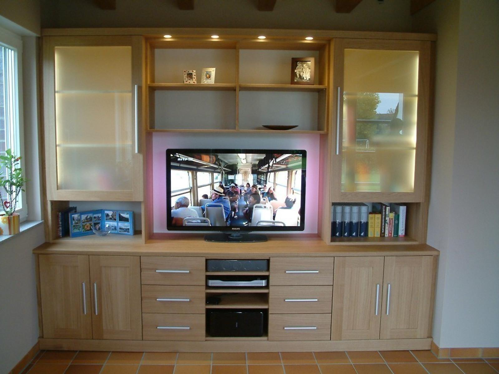 moderne Wohnwand mit offenem Fach für Plasma-TV / TV-Mediencenter in Eiche massiv, mit Milchglas, mit LED-Beleuchtung / Eichenmöbel und moderne Massivholzmöbel